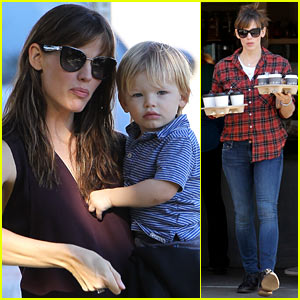 Jennifer Garner Starts Her Week with Her Kids & Coffees!