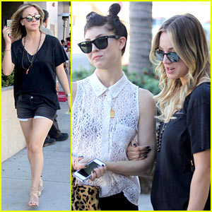 Kaley Cuoco Lunches with Sister Briana!