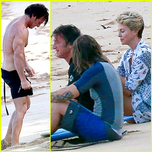 Charlize Theron & Sean Penn Relax on the Beach in Hawaii!