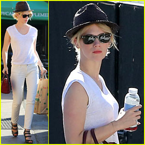 January Jones is a Vision in White for Mid-Week Shopping Trip!