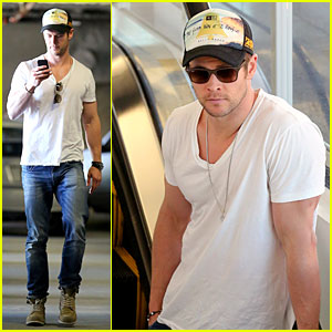 Chris Hemsworth Shops For Portable Garment Racks with Mom Leoni!