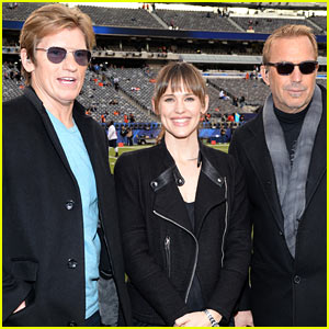 Jennifer Garner Stands on the Sidelines at the Super Bowl 2014!