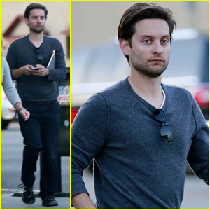 Tobey Maguire Grabs Dinner at Crossroads!