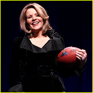 Who is Renee Fleming? Meet Super Bowl 2014's National Anthem Singer!