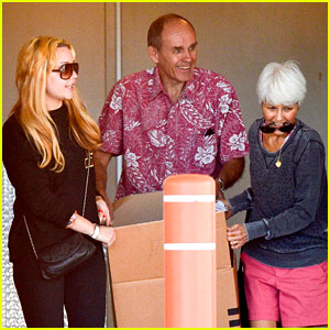 Amanda Bynes & Her Parents Pack Up Boxes at Storage Facility