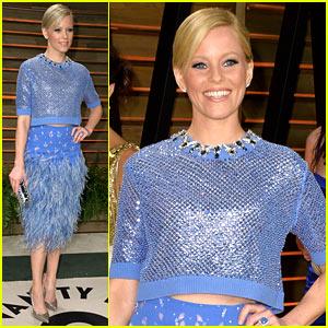 Elizabeth Banks Shows Some Skin in Crop Top at Vanity Fair Oscars Party 2014