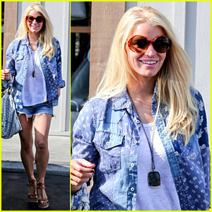 Jessica Simpson Brings Back Her Daisy Dukes & Looks So Hot!