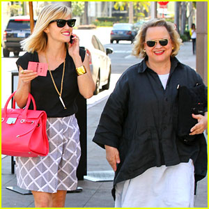 Reese Witherspoon Grabs Lunch with Mom Betty!