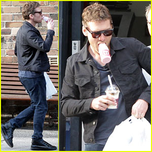 Sam Worthington Juggles Beverages & Bags on Grocery Run!