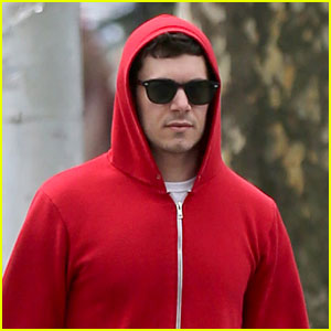 Adam Brody Walks the Dogs While Leighton Meester is Busy on Broadway!