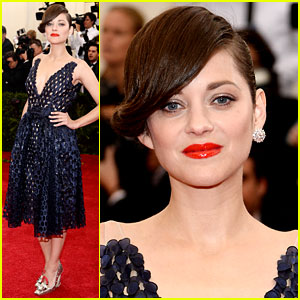 Marion Cotillard Wears Just One Earring at Met Ball 2014