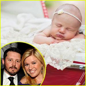 http://cdn03.cdn.justjared.com/wp-content/uploads/headlines/2014/06/kelly-clarkson-first-photo-of-baby-river-rose.jpg