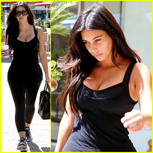 Kim Kardashian's Gym Tights Sure Accentuate Her Curves!