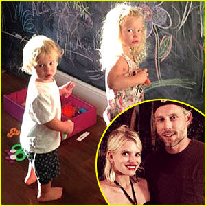 Terrific Jessica Simpson Has A Hot Chocolate Date With Maxwell Amp Ace Ace Easy Diy Christmas Decorations Tissureus