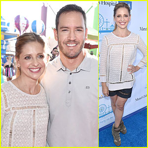 Sarah Michelle Gellar & Mark Paul-Gosselaar Play Carnival Games at Mattel Party