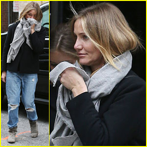 Cameron Diaz Hides Her Ring Finger from the Cameras
