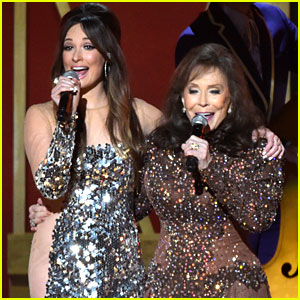 Kacey Musgraves Joins Legend Loretta Lynn for CMA Awards 2014 Performance! (Video)
