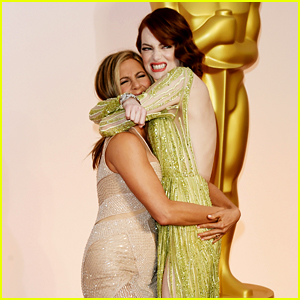 Jennifer Aniston Picks Up Emma Stone on Oscars 2015 Carpet!