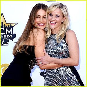 Reese Witherspoon & Sofia Vergara Have Fun on the ACM Awards 2015 Red Carpet!