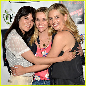 Sarah Michelle Gellar & Selma Blair Reenact 'Cruel Intentions' Kiss Alongside Reese Witherspoon!