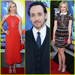 Elizabeth Banks Is Red Hot at 'Love & Mercy' Los Angeles Premiere - Watch Clip Here!