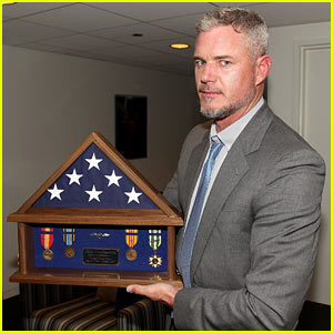 Eric Dane Accepts Navy Medals Earned By His Late Father