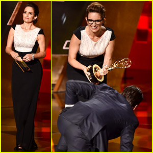 Tina Fey Gives Jon Hamm His Award at Emmys 2015!