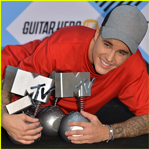 Justin Bieber Poses With All 5 of His MTV EMAs After Breaking the Winning Record!