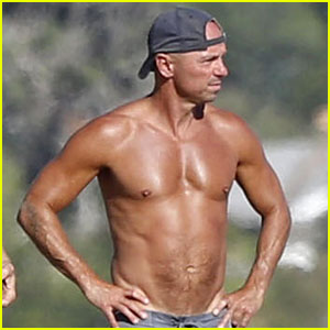 Kenny Chesney: No Shirt, No Problem for Malibu Beach Day!