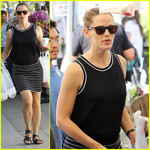Jennifer Garner Grabs Fruits & Veggies at the Farmer's Market