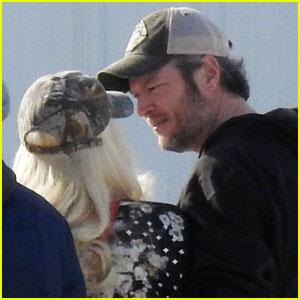 Blake Shelton & Gwen Stefani Cozy Up Before Boarding Jet