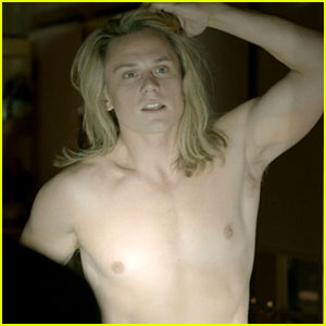 Billy Magnussen Goes Shirtless as Kato Kaelin on 'The People v. O.J. Simpson'