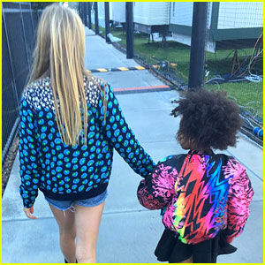 Blue Ivy Carter & Apple Martin Hold Hands at Super Bowl 2016!
