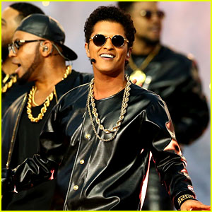 Bruno Mars Sings 'Uptown Funk' at Super Bowl Halftime Show 2016! (Video)