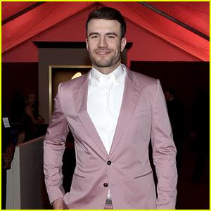 Sam Hunt Rocks a Pink Suit at Grammys 2016!