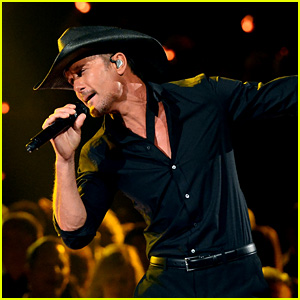 Tim McGraw Accidentally Knocks Over Female Fan at Concert (Video)