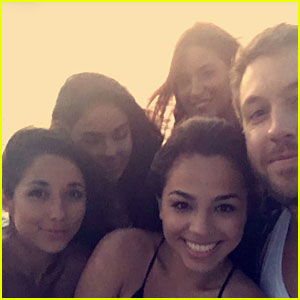 Calvin Harris Is Surrounded By Lots of Ladies in New Snapchat Pic