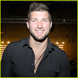Tim Tebow Helps Family of Unconscious Man on Airplane
