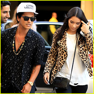 Bruno Mars & Girlfriend Jessica Caban Catch Adele in Concert!