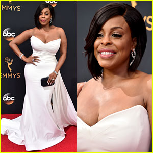 Nominee Niecy Nash Rocks Christian Siriano at Emmys 2016!