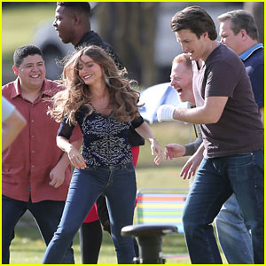 'Modern Family' Cast Plays Football For Thanksgiving Episode