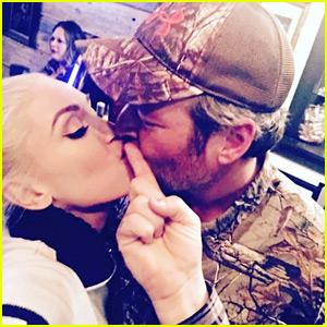 Gwen Stefani & Blake Shelton Shared a Thanksgiving Day Kiss!