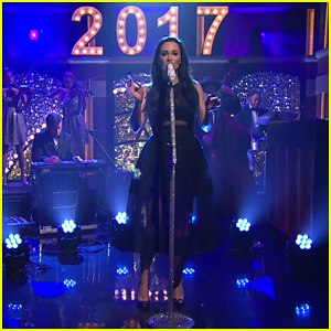VIDEO: Newly Engaged Kacey Musgraves Performs 'What Are You Doing New Year's Eve?' For 'Late Night' Special!