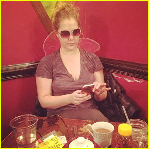 Amy Schumer Shares Her Unconventional Golden Globes Prep Routine