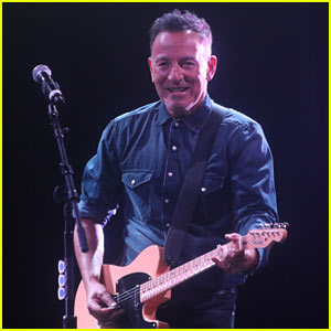 Bruce Springsteen Protests Trump's Immigration Ban During Concert (Video)