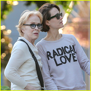Sarah Paulson & Girlfriend Holland Taylor Grab Lunch in Rare Outing