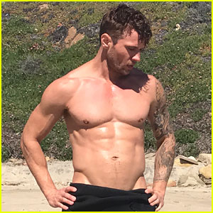 Shirtless Ryan Phillippe Hits the Beach for 'Men's Fitness ...