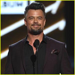 Josh Duhamel Is a Handsome Presenter at Billboard Music Awards 2017