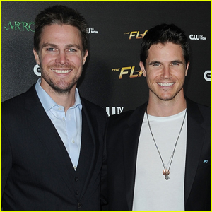 Stephen Amell Shows Off Abs After Cousin Robbie Pokes Fun at Him!