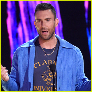 Adam Levine & Maroon 5 Accept Decade Award at 2017 Teen Choice Awards!